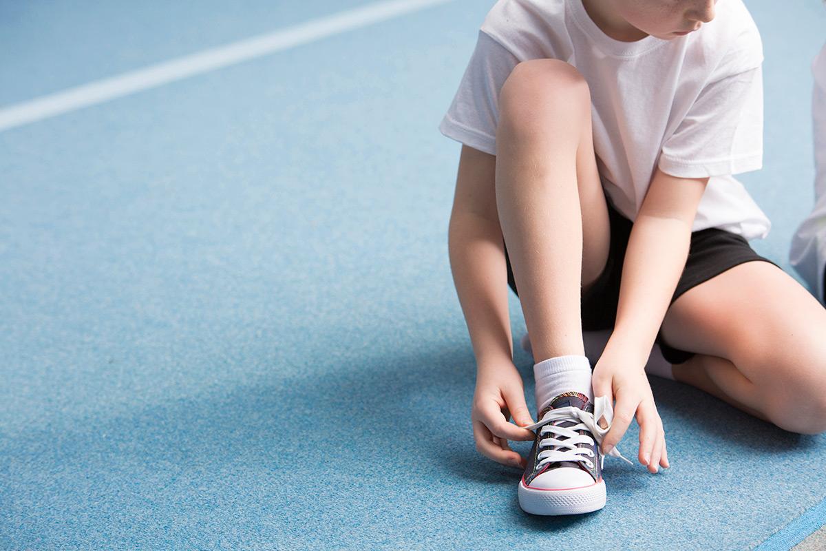 boy-tying-his-shoes-PDR4CUA