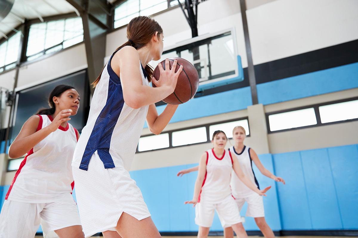 female-high-school-basketball-team-passing-ball-KACUPTH